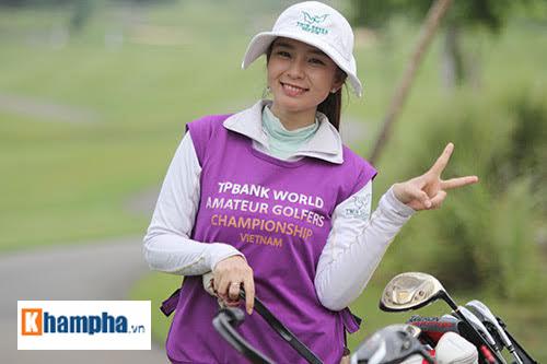 Một nữ nhân viên xinh đẹp hỗ trợ các gôn thủ trên sân golf ở vòng loại khu vực phía nam