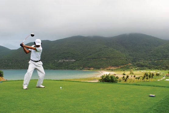 cach-vung-tay-khi-choi-golf-de-co-luc-manh