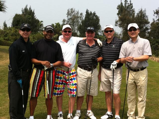 nen-mac-ao-co-co-khi-di-choi-golf