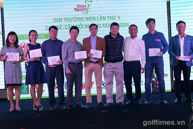 Ban tổ chức trao kỉ niệm chương cho nhà tài trợ giải đấu golf
