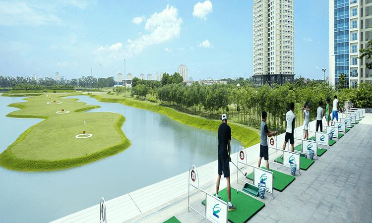 quang cảnh sân tập golf ciputra khi các học viên golf đang thực hành