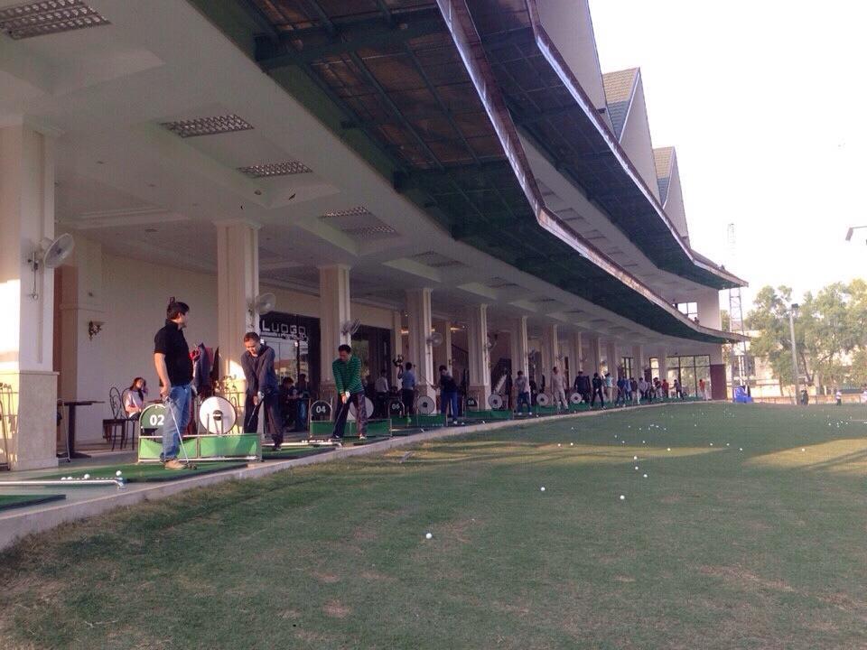 Quang cảnh sân tập golf Mipec với hàng chục làn học đánh golf