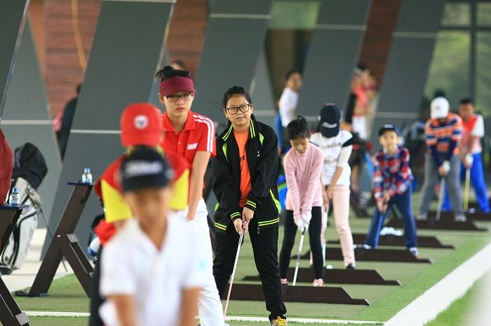 Học viên thực hành tại sân golf ecopark