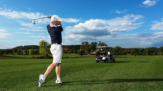 chơi golf một mình có tốt hay không