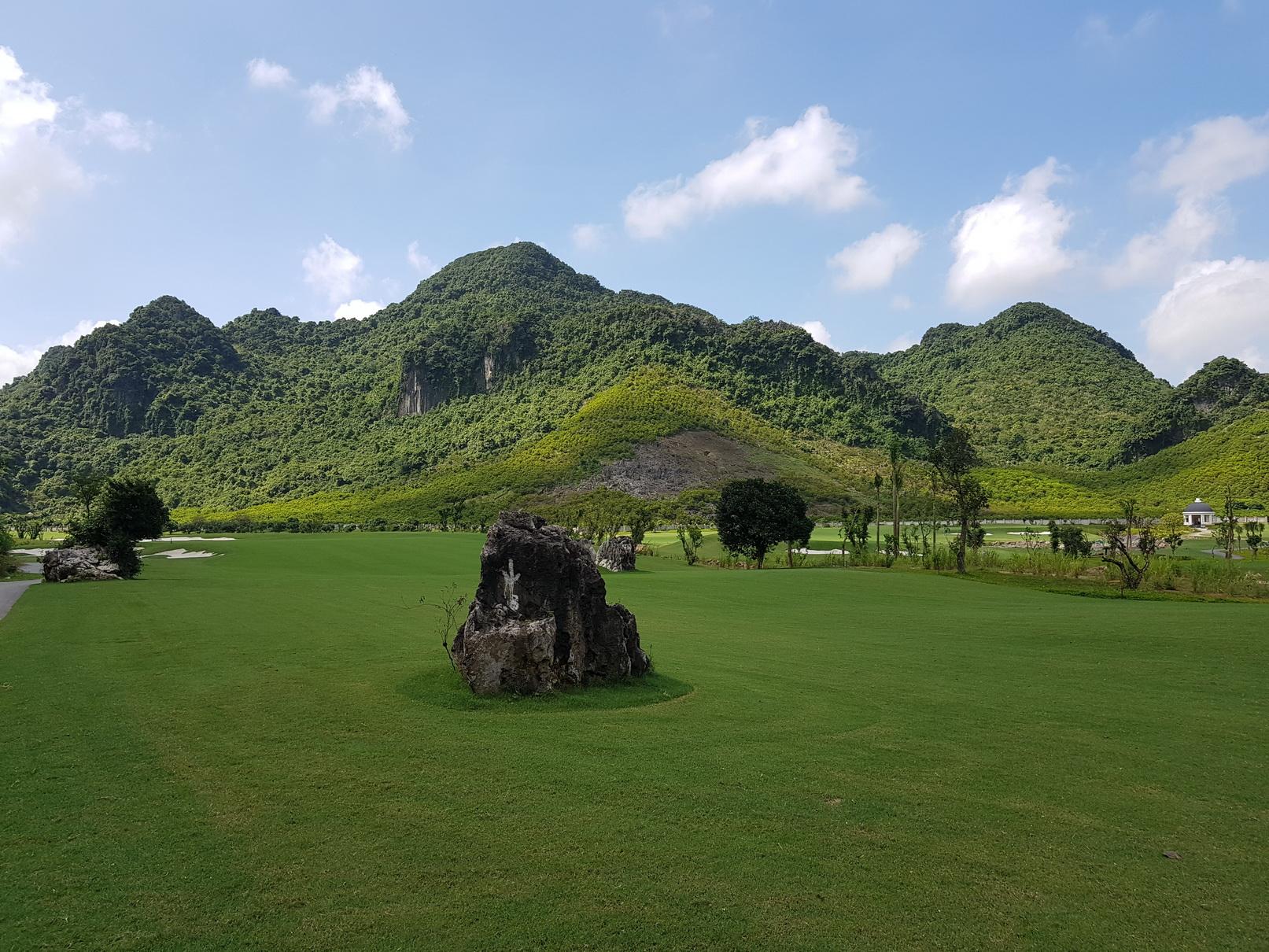 Thảm thực vật xanh mướt cùng khu vực núi đá tại sân golf kim bảng