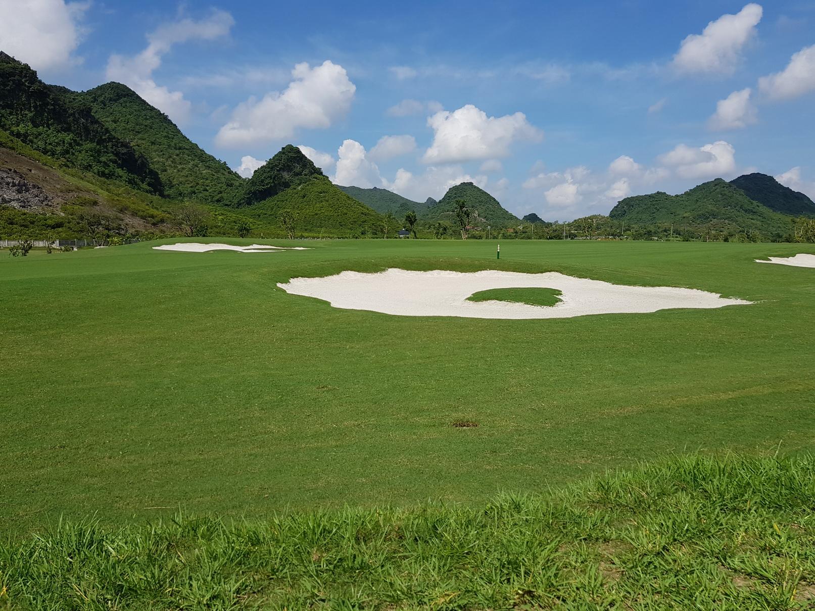 Quang cảnh xen núi của sân golf hà Nam