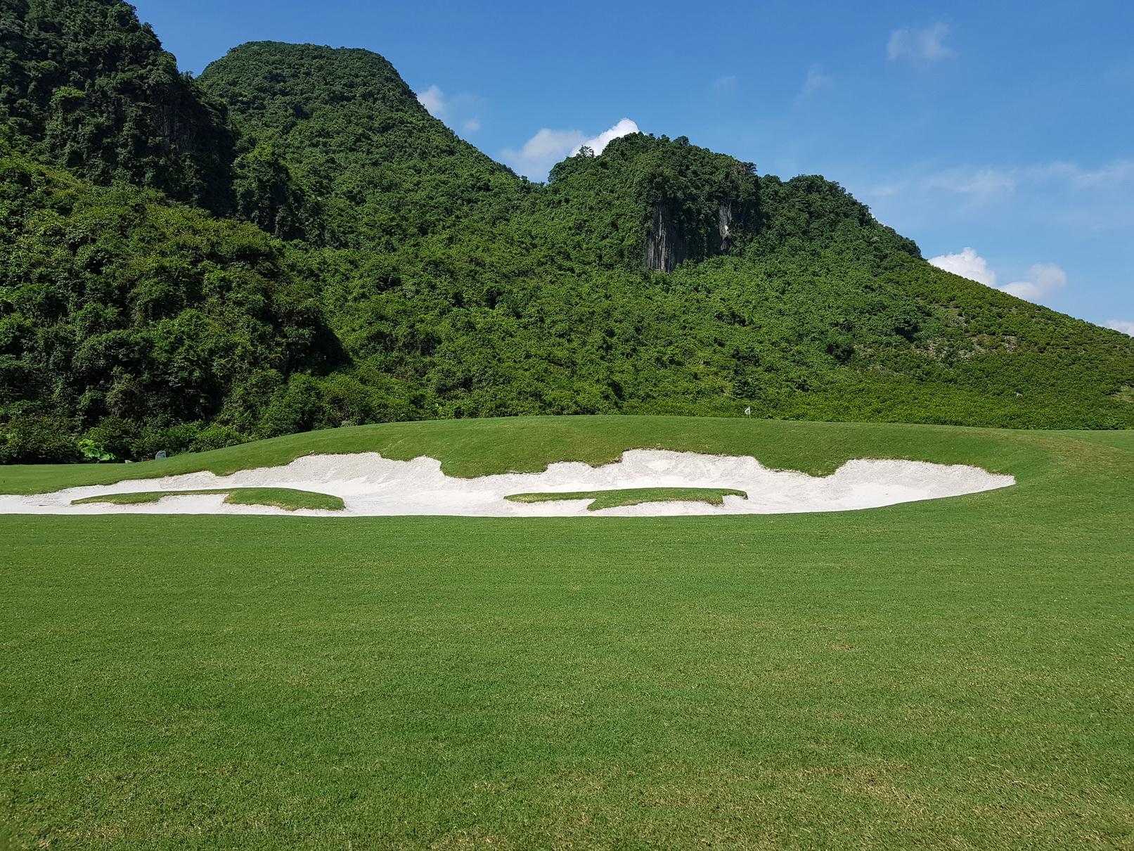 Quang cảnh núi đá tại sân golf Kim Bảng