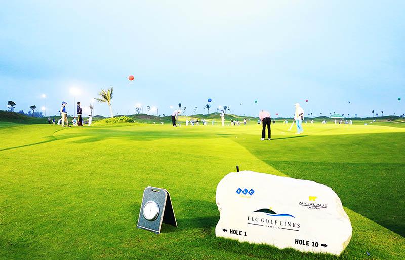 Sân golf FLC Golf Linksnằm giữa bên sông bên biển và gắn kết với tổ hợp nghỉ dưỡng cao cấp