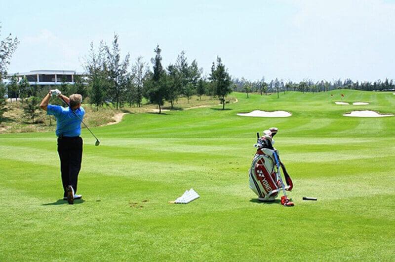 Các golfer thư giãn tại sân golf Phú Mỹ Hưng