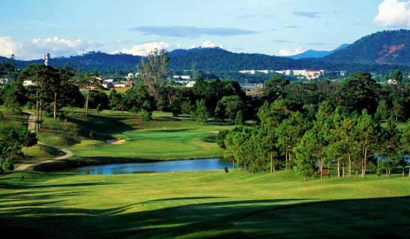 Ngắm nhìn sân golf Dalat Palace từ xa