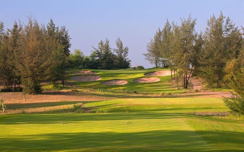 Sân golf Montgomerie links nằm ngay bên ven biển
