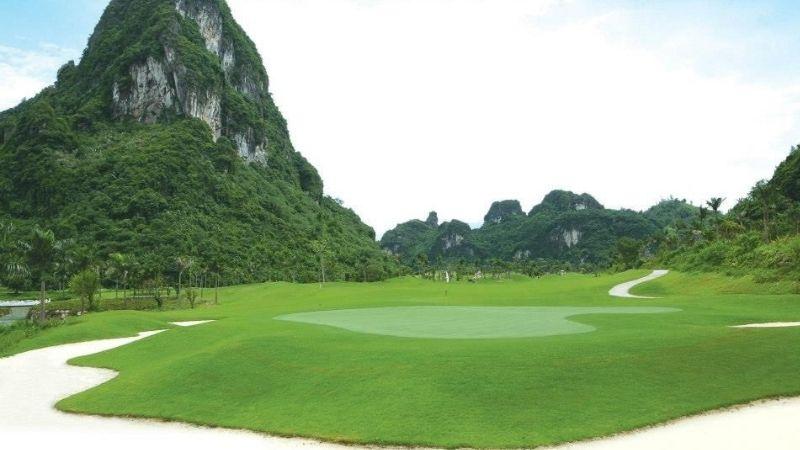 Vẻ đẹp núi rừng hùng vĩ của sân golf Phượng Hoàng