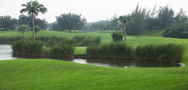 Khu vực hồ nước tại Sân golf Vân Trì