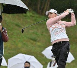 Ko Jin Young thi đấu dưới trời mưa ở vòng đầu BMW Ladies Championship hôm 21/10