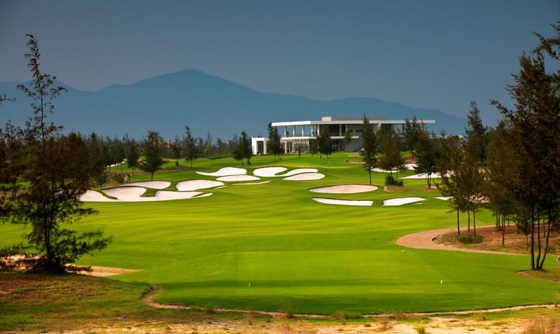 Sân được bố trí 18 hố golf, thiết kế theo tiêu chuẩn quốc tế nên phù hợp với kiến trúc và những quy chuẩn hiện đại