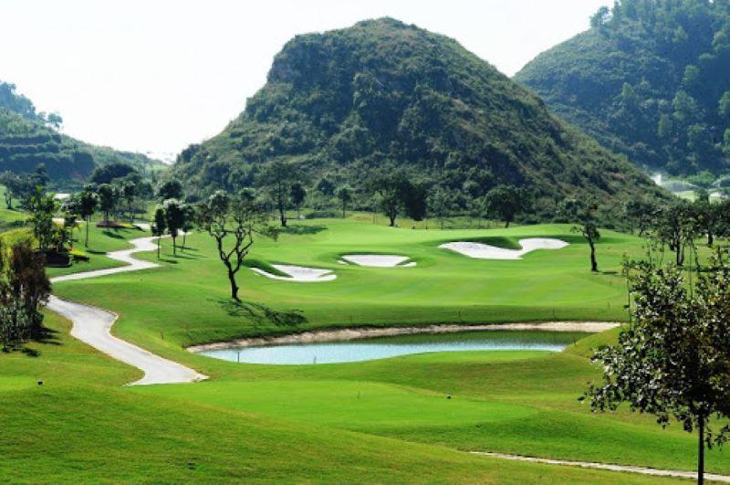Sân gofl Hoàng Gia nằm trong khu du lịch nổi tiếng của Ninh Bình